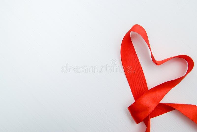La forma del corazón hizo de cinta roja en el fondo de madera blanco espacio de la copia - tarjetas del día de San Valentín y mad imágenes de archivo libres de regalías