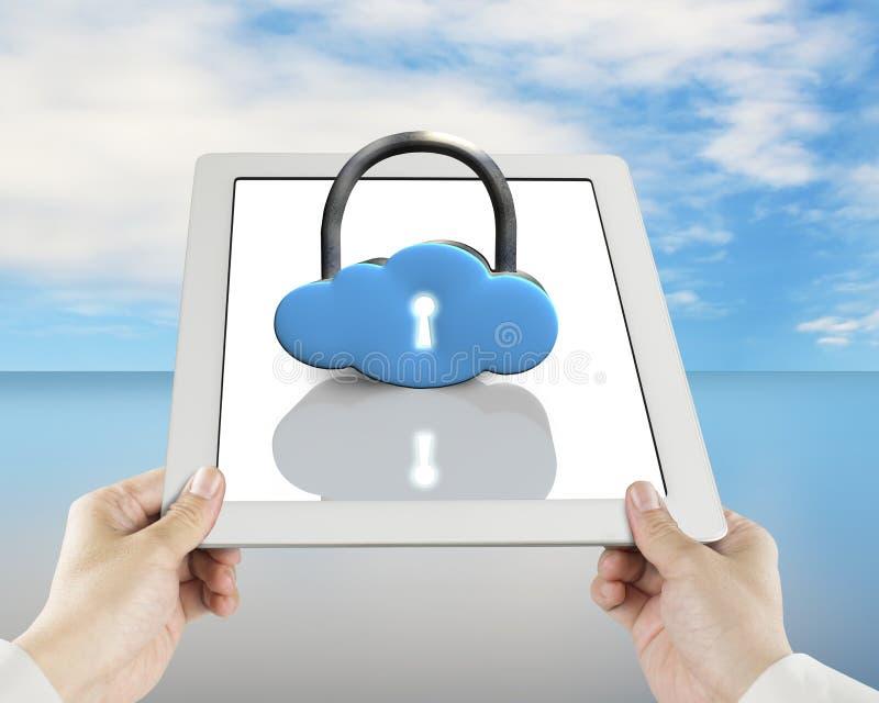 La forma della nuvola fissa la compressa con la tenuta della mano immagine stock libera da diritti