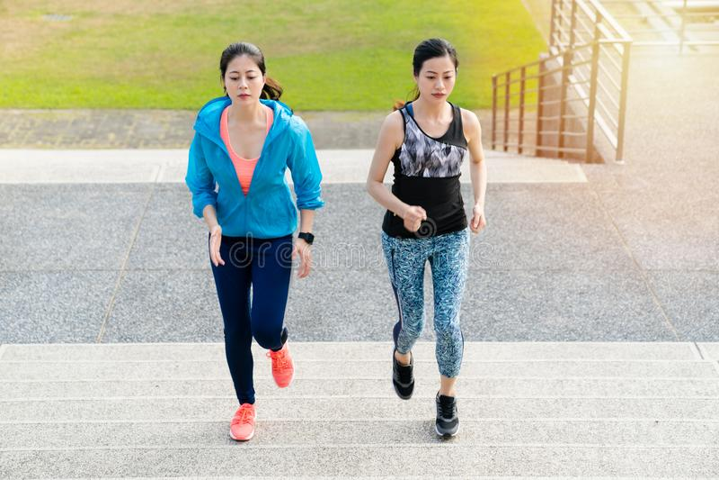La forma fisica della donna, perde il grasso, pareggiante il concetto di allenamento fotografia stock