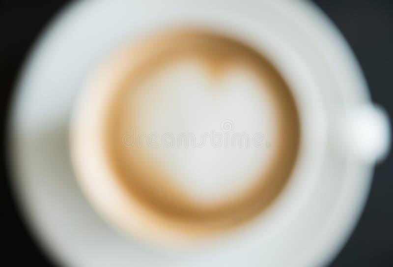 La forma offuscante del cuore di stile schiuma l'arte del Latte del latte in tazza di caffè macchiato per progettazione immagini stock libere da diritti