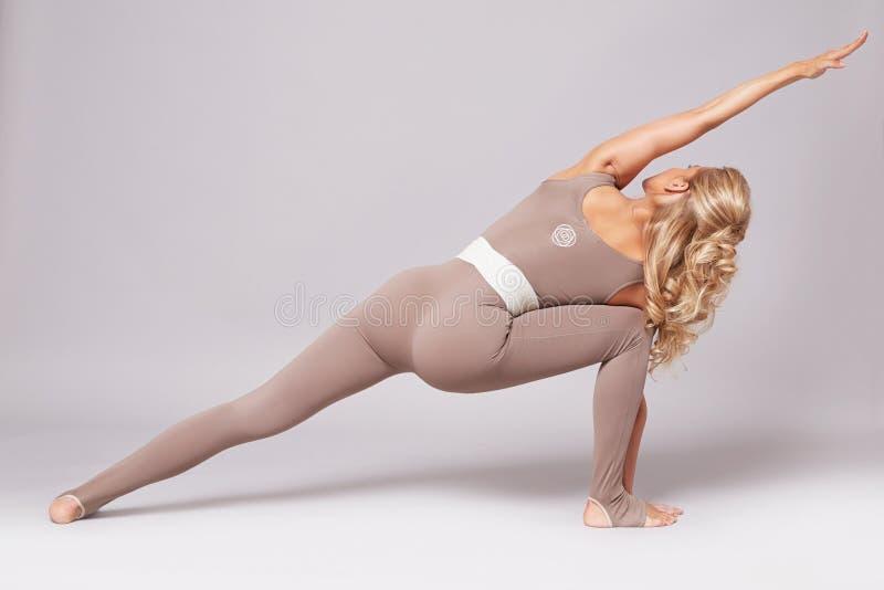 La forma sexy del corpo di forma fisica dei pilates di yoga di sport della donna di bellezza copre immagini stock libere da diritti