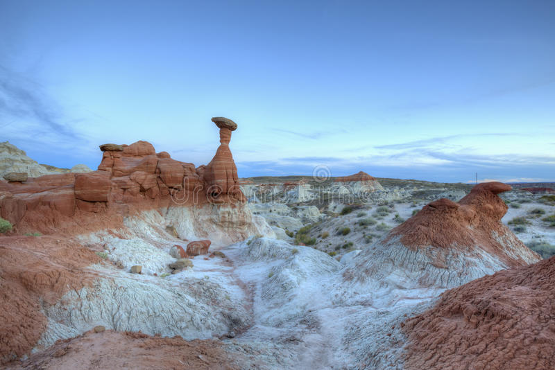 La formación de roca de la mala sombra de las setas después de la puesta del sol imágenes de archivo libres de regalías