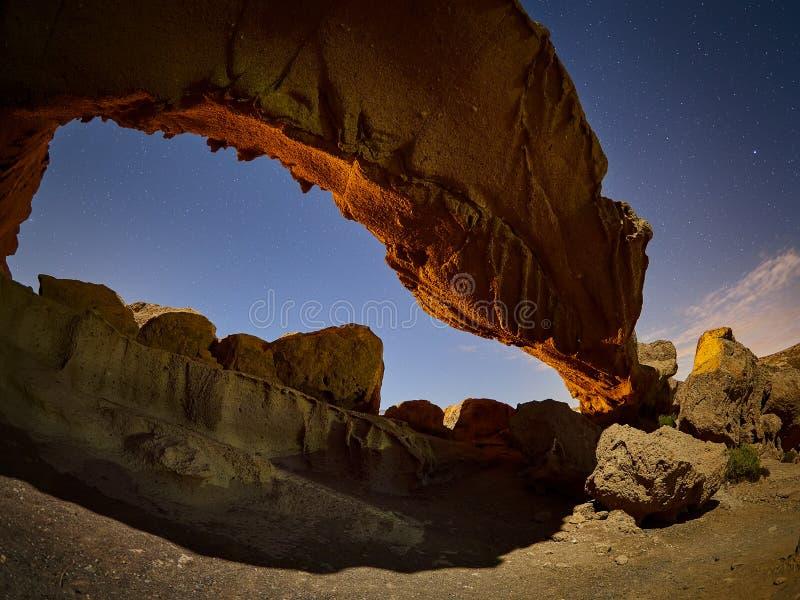 La formaci?n geol?gica volc?nica de Arco de Tajao es arco natural en la costa sur de Tenerife, islas Canarias fotos de archivo libres de regalías