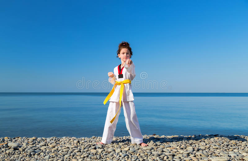 La formation de fille sur la plage : Le Taekwondo, sports photos stock