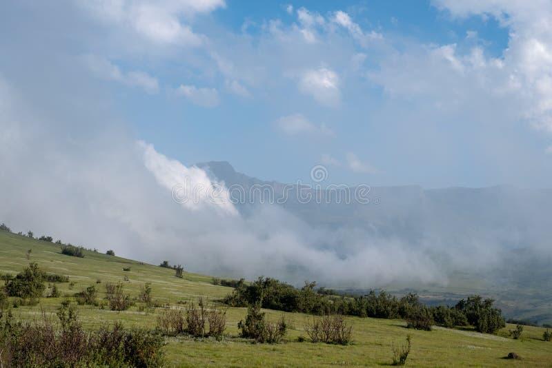 La formation de roche géologique d'amphithéâtre près de Witsieshoek, faisant partie de la gamme de montagne du nord de Drakensber photographie stock libre de droits