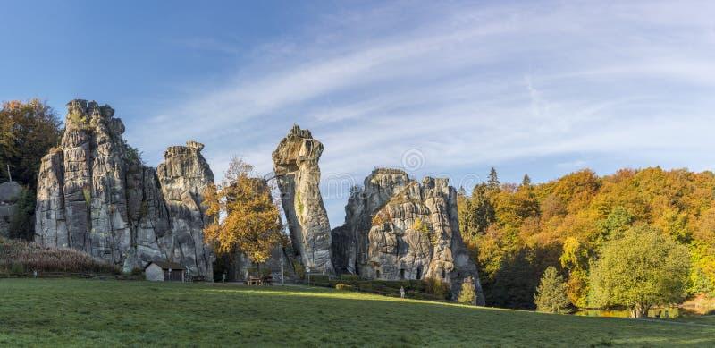 La formazione rocciosa di Externsteine, inoltre ha chiamato German Stonehenge, in autunno immagine stock