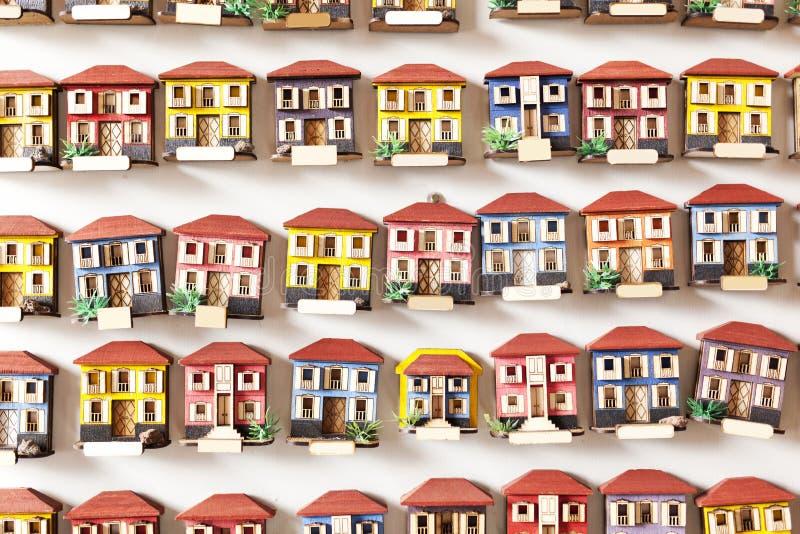 la forme combinée de cubes en constructions renferme le jouet en bois images stock