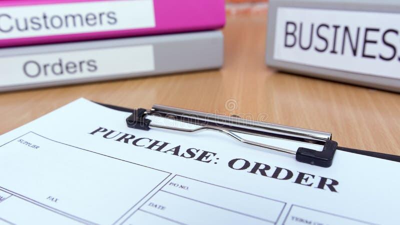 La forme d'ordre d'achat sur la table en bois avec des affaires classe image libre de droits