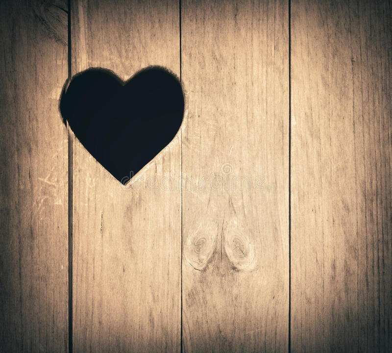 La forme de coeur a coupé sur le mur en bois, toilette, porte de carte de travail ou photographie stock
