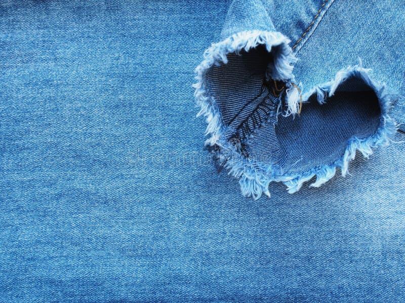 La forme de coeur a déchiré la texture de denim de treillis image libre de droits