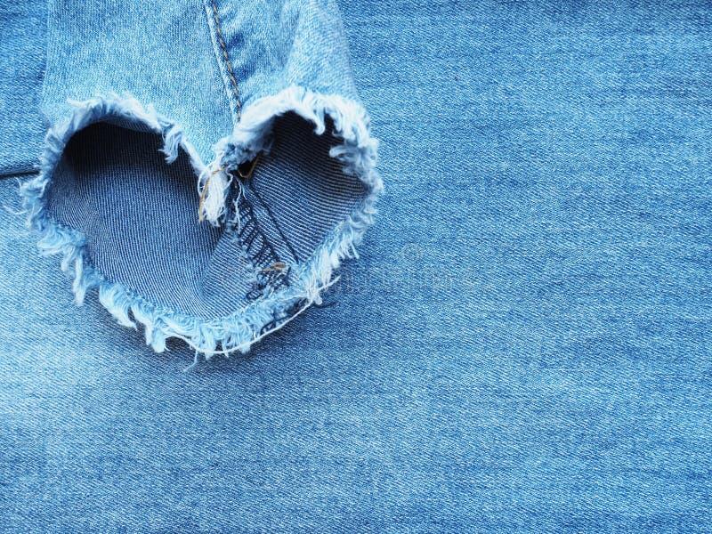 La forme de coeur a déchiré la texture de denim de treillis photographie stock libre de droits