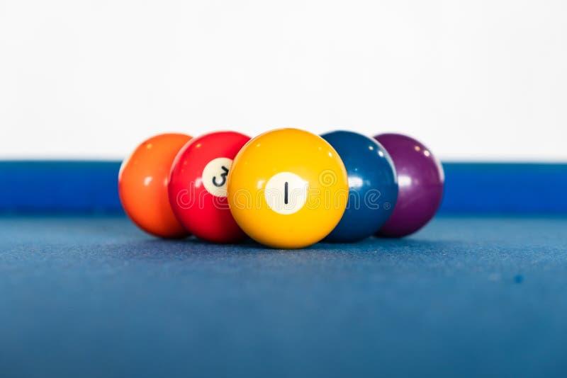La forme de diamant de 9 boules de piscine de boule placées dans la position de support sur le bleu a senti la table photo libre de droits