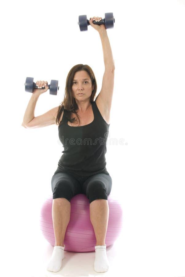 La forme physique de femme exerçant l'haltère pèse le cor photos stock