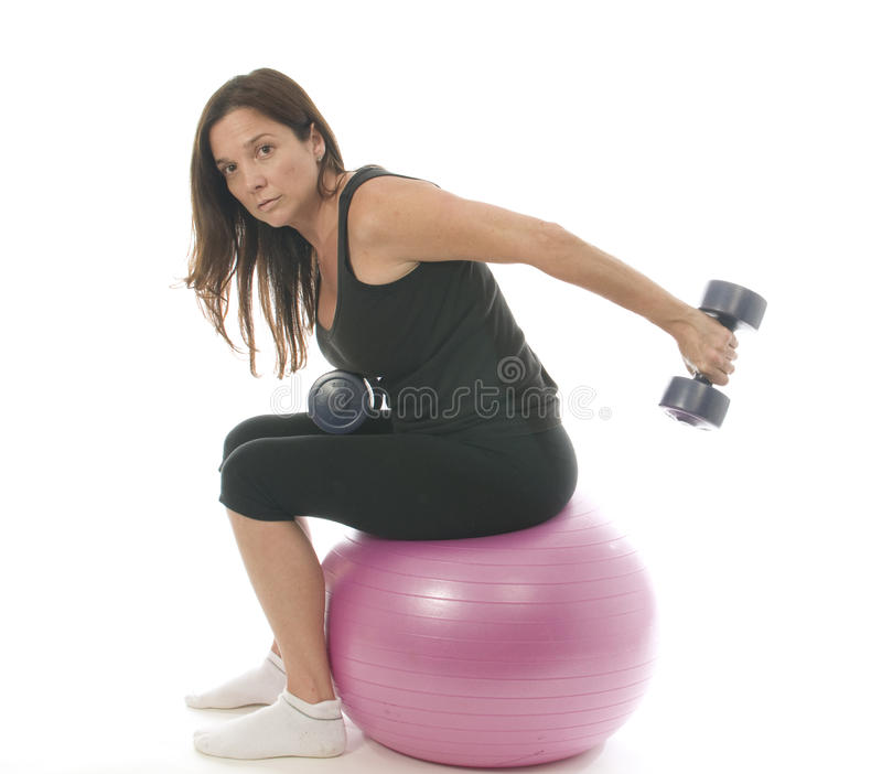 La forme physique de femme exerçant l'haltère pèse le cor images stock