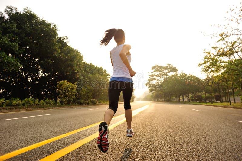 La forme physique saine de mode de vie folâtre le fonctionnement de jambes de femme image stock