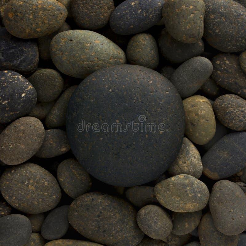 La forme ronde de cercle de la grande pierre de mer s'est étendue sur une pile des cailloux de nature ou un groupe de roches photographie stock libre de droits