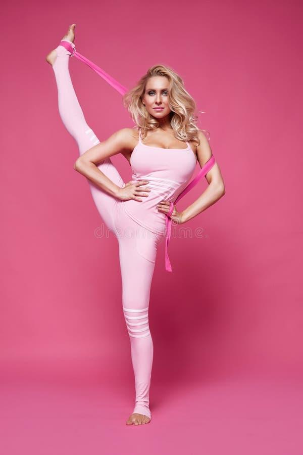 La forme sexy de corps de forme physique de pilates de yoga de sport de femme de beauté vêtx photo libre de droits