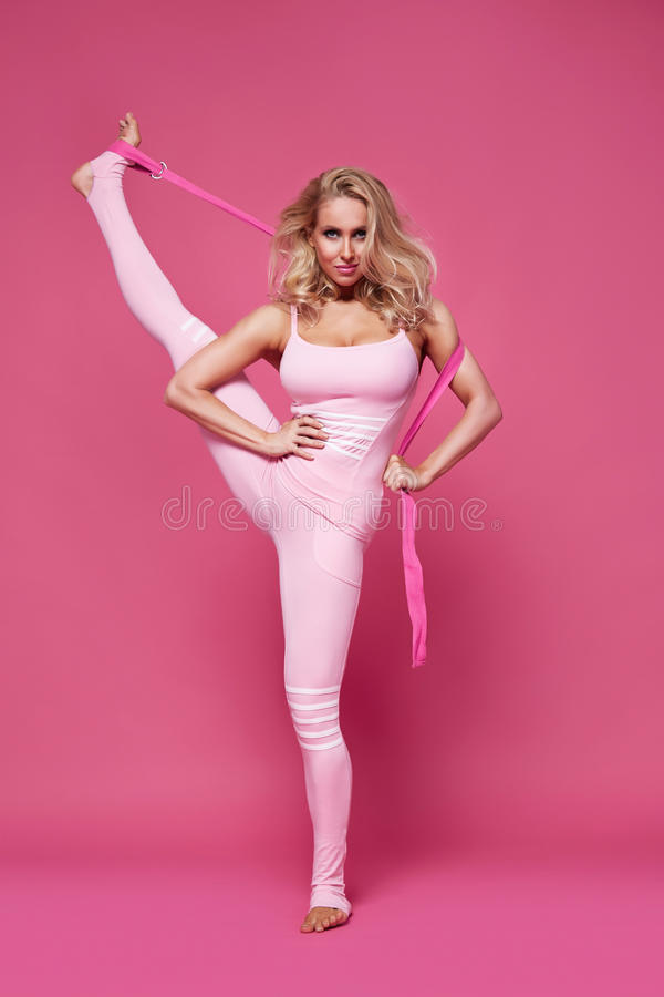 La forme sexy de corps de forme physique de pilates de yoga de sport de femme de beauté vêtx photos stock
