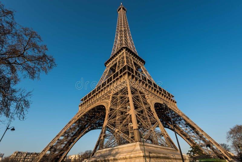 La forme une de vue de Tour Eiffel de la colonne photographie stock