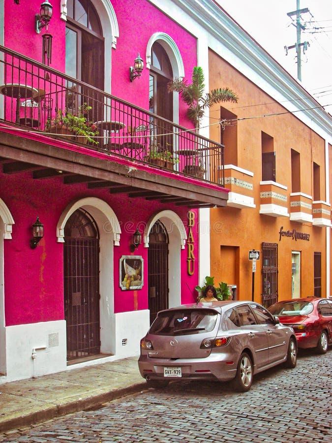 La Fortaleza - cena da rua - construções coloful em San Juan velho foto de stock royalty free
