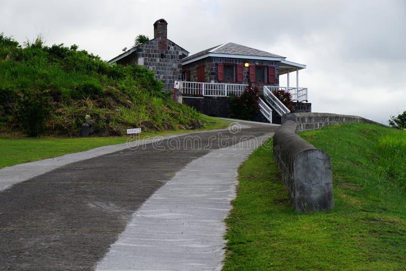 La fortaleza de la colina del azufre, la vía de acceso y el cuerno firman, isla del St San Cristobal imagenes de archivo
