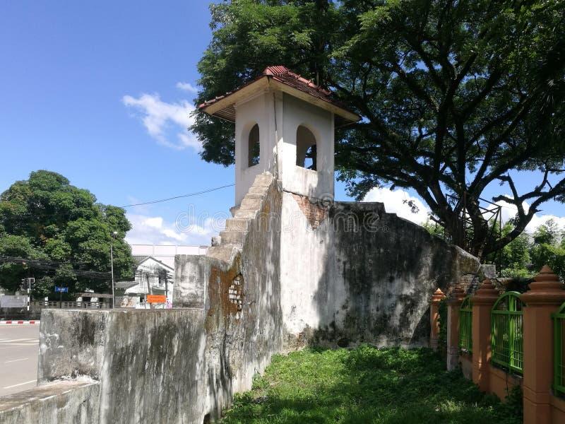 La fortaleza está adyacente a la acera fotos de archivo