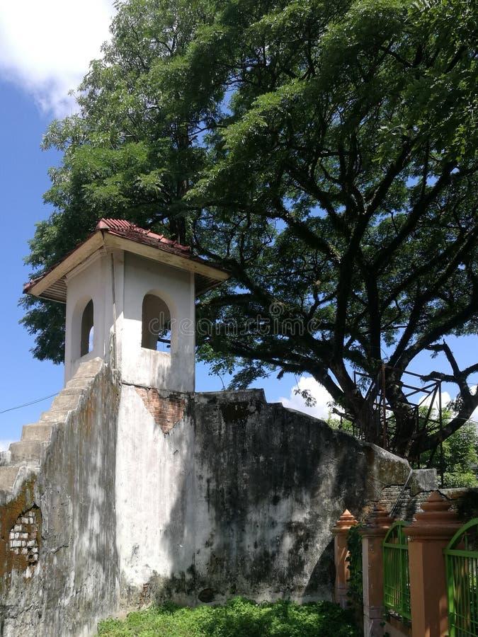 La fortaleza está adyacente a la acera fotografía de archivo libre de regalías