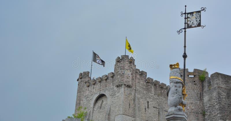 La fortaleza medieval de la única supervivencia en Flandes: Nombre de Gravensteen del reflextion del castillo en agua fotos de archivo