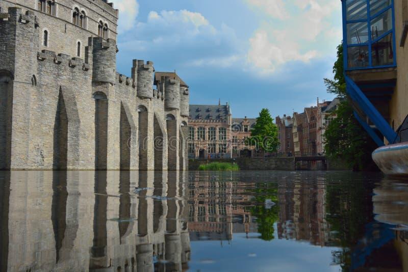 La fortaleza medieval de la única supervivencia en Flandes: Nombre de Gravensteen del reflextion del castillo en agua foto de archivo