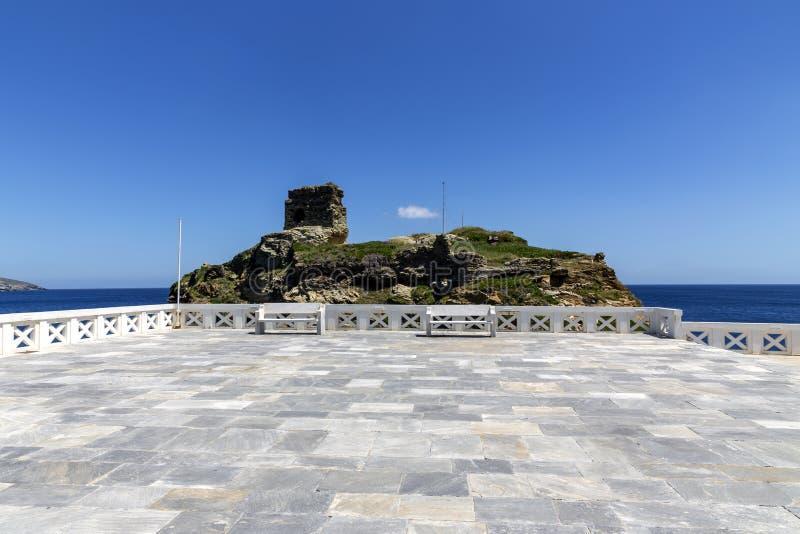 La forteresse de Kastro vis-à-vis de la place de Rivas dans la ville de l'île de Chora Andros, Grèce, Cyclades photos stock