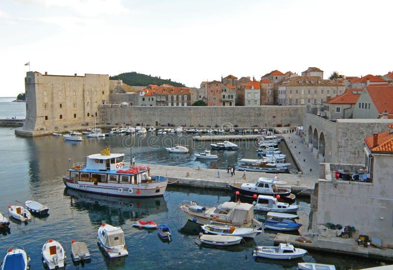 La forteresse de St Ivan et la marina, vieille ville de Dubrovnik image stock