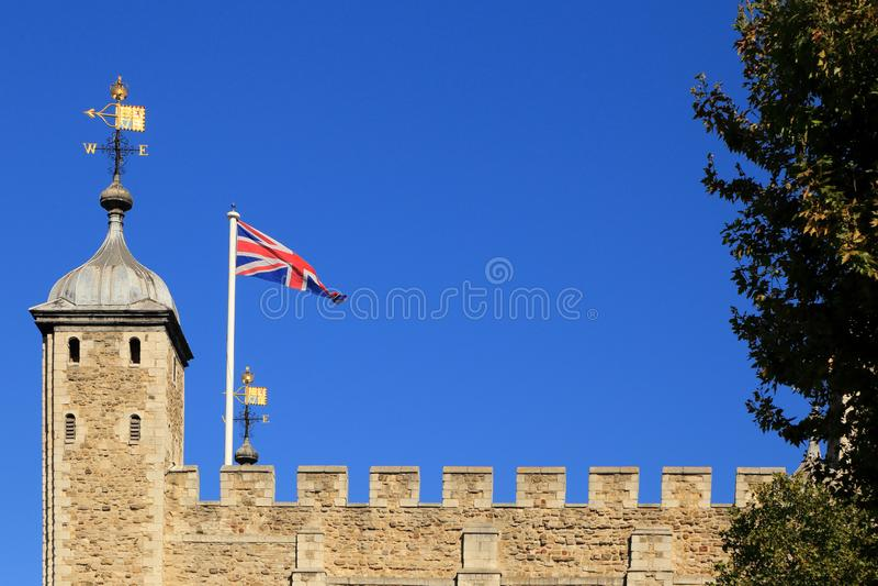 La forteresse de la tour de Londres avec la palette britannique de drapeau et de vent ou la palette de temps sur le ciel bleu d'a image stock