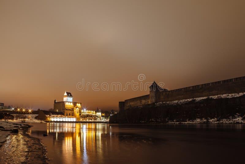 La forteresse médiévale Ivangorod et allemand, nuit images stock