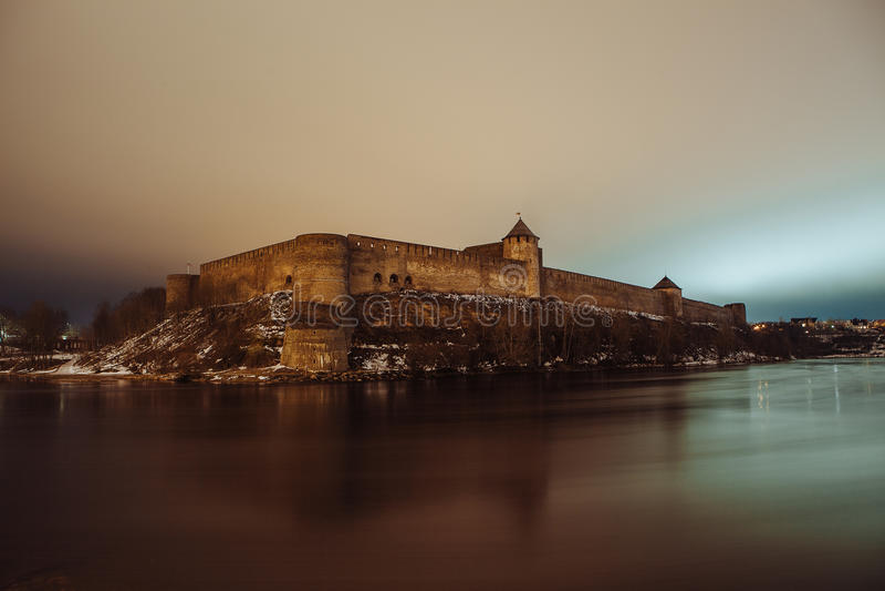 La forteresse médiévale Ivangorod, paysage de nuit images libres de droits
