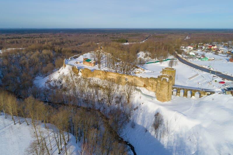La fortezza antica in Koporye, rilevamento aereo di giorno di febbraio Regione di Leningrado, Russia fotografie stock