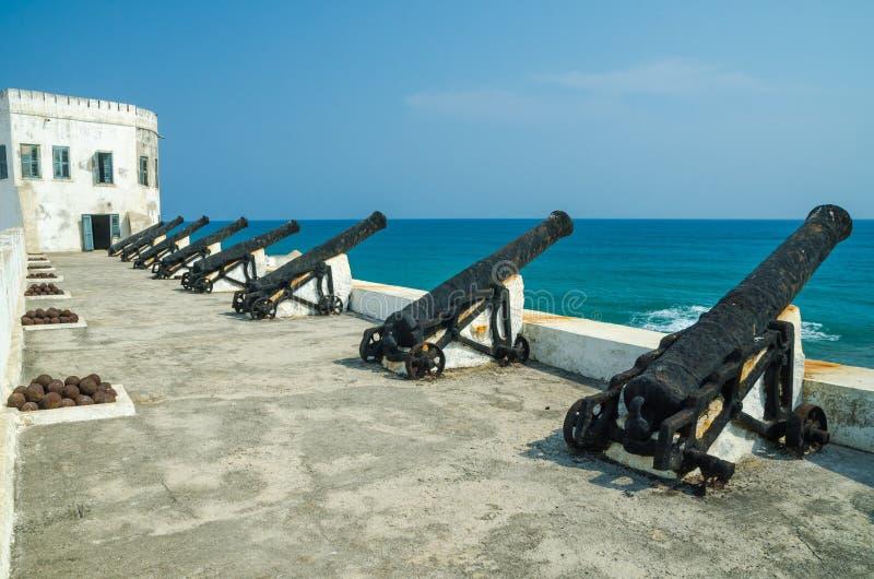 La fortificazione commerciale dello schiavo famoso del castello coloniale della costa del capo di periodi con i vecchi cannoni e  immagine stock