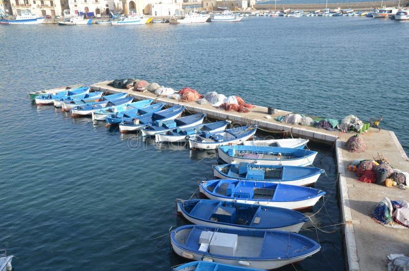 La forza blu della barca in Gallipoli immagini stock