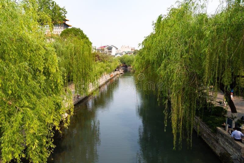 La fosa de la ciudad que corre alrededor de la ciudad vieja de Jinan, China fotos de archivo