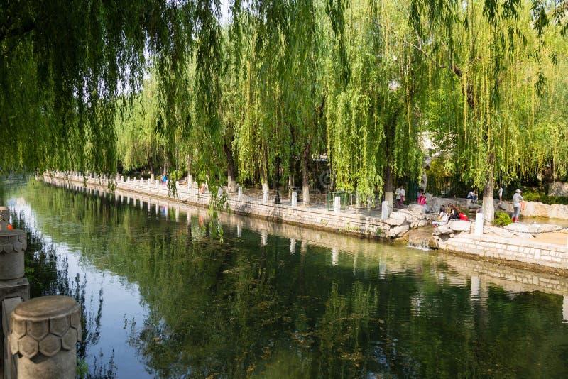 La fosa de la ciudad que corre alrededor de la ciudad vieja de Jinan, China imagenes de archivo