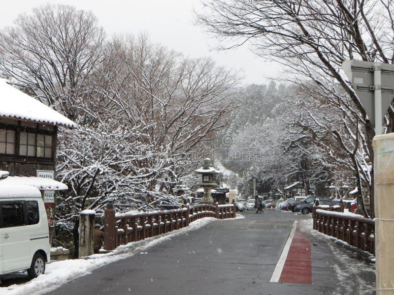 La fosa de Omihachiman trae en la nieve del invierno, Shiga Japón imagen de archivo