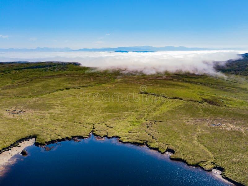 La foschia a basso livello arriva a fiumi sull'isola di Skye fotografia stock
