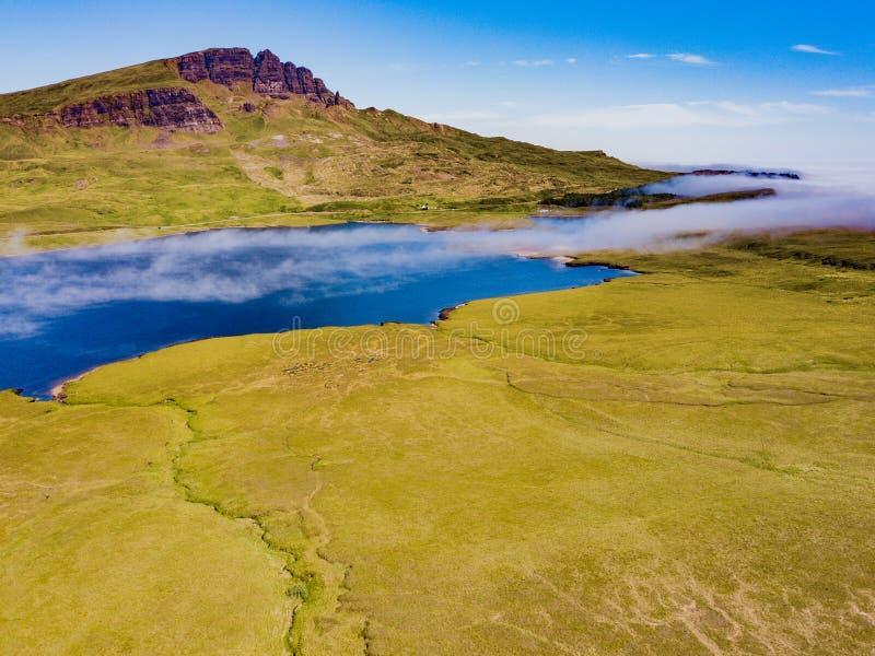 La foschia a basso livello arriva a fiumi sull'isola di Skye fotografia stock libera da diritti