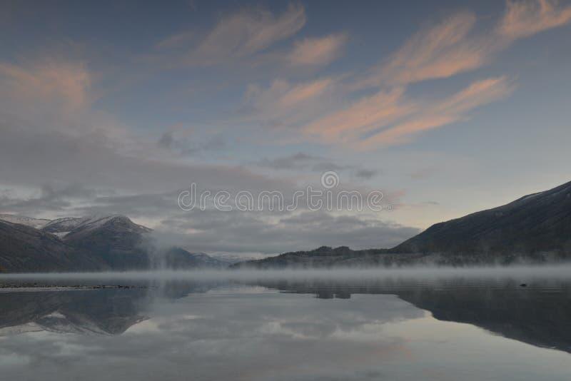 La foschia di mattina sopra il lago Kanas in Xinjiang Cina immagini stock