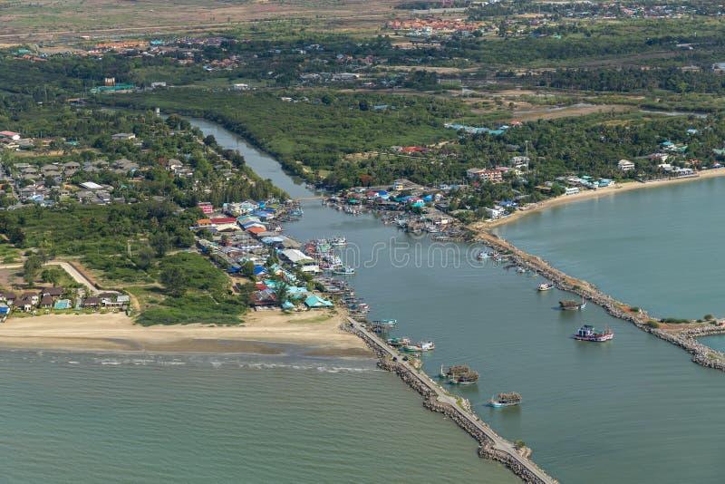 La foto aérea de Cha-es embarcadero en la provincia de Phetchaburi, Tailandia muestra muchos barcos de pesca parqueados en el pue imágenes de archivo libres de regalías