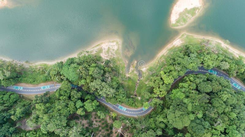 La foto aerea dal fuco di volo della pista ciclabile intorno alla diga, è immagini stock libere da diritti