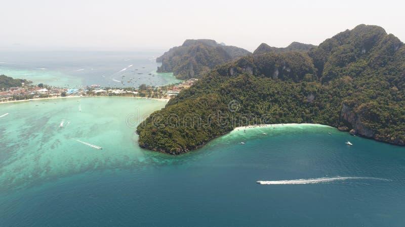 La foto aerea del fuco della spiaggia e delle località di soggiorno tropicali iconiche sull'isola di Phi Phi e Yong Kasem Bay han fotografie stock libere da diritti
