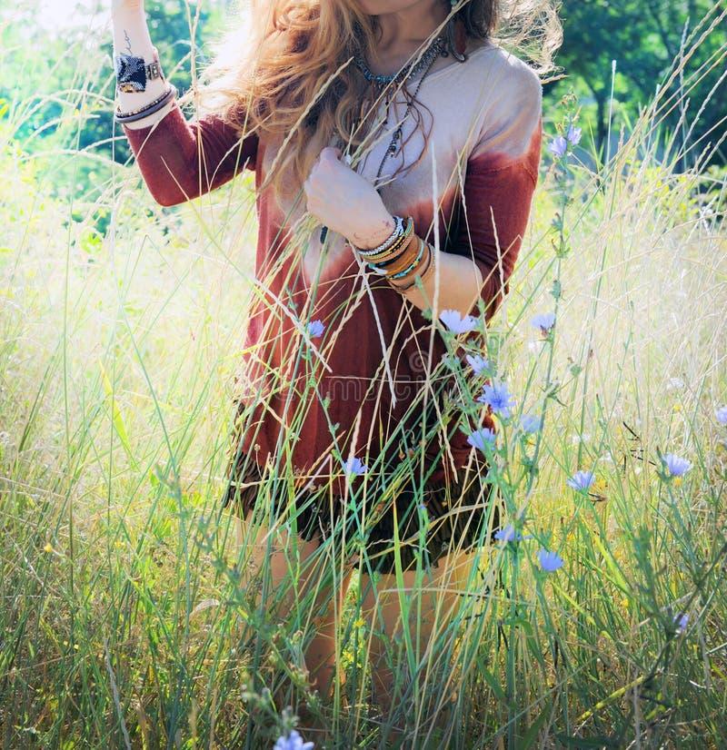 La foto al aire libre soleada de una mujer joven disfruta de la primavera en parque foto de archivo