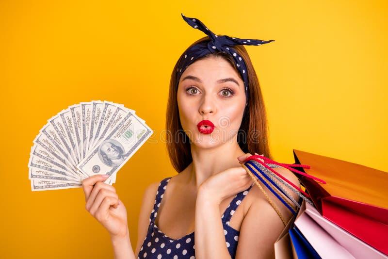 La foto ascendente cercana de la mano femenina hermosa del control de la persona lleva el vestido punteado venda de moda elegante imagenes de archivo