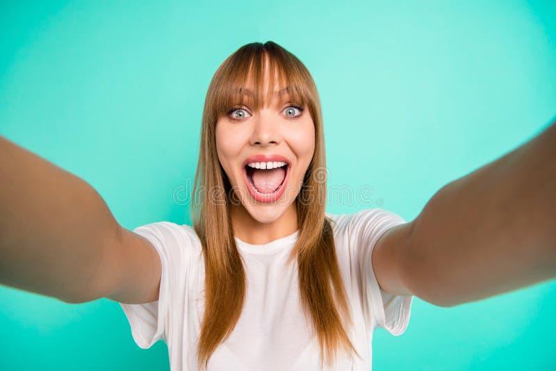 La foto ascendente cercana del adolescente adolescente atractivo encantador hace las fotos que el grito del grito del viaje del v fotografía de archivo
