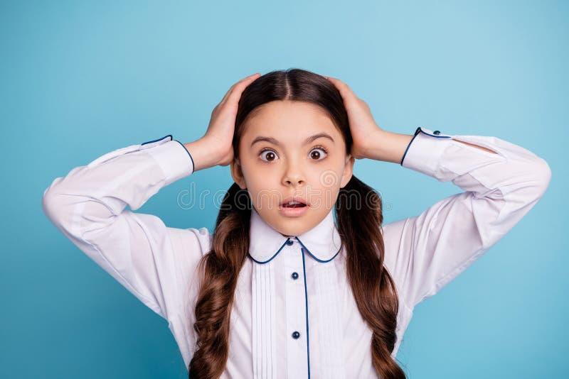 La foto ascendente cercana del niño asustado oye la blusa blanca de las noticias del tacto de las palmas del desgaste principal t fotos de archivo libres de regalías